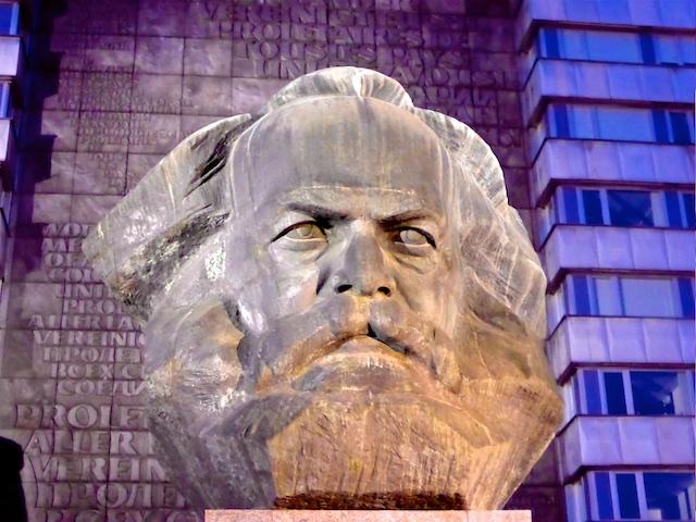 Karl Marx Bronzekopf mit Schrifttafel Chemnitz 2016-05-27 Foto Elke Backert