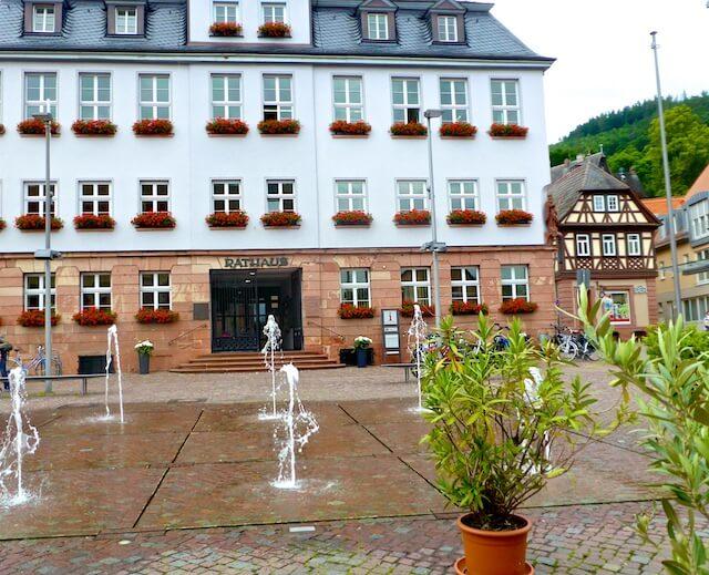 Rathaus Miltenberg Engelsplatz Springbrunnen 2016-06-16 Foto Elke Backert (1)